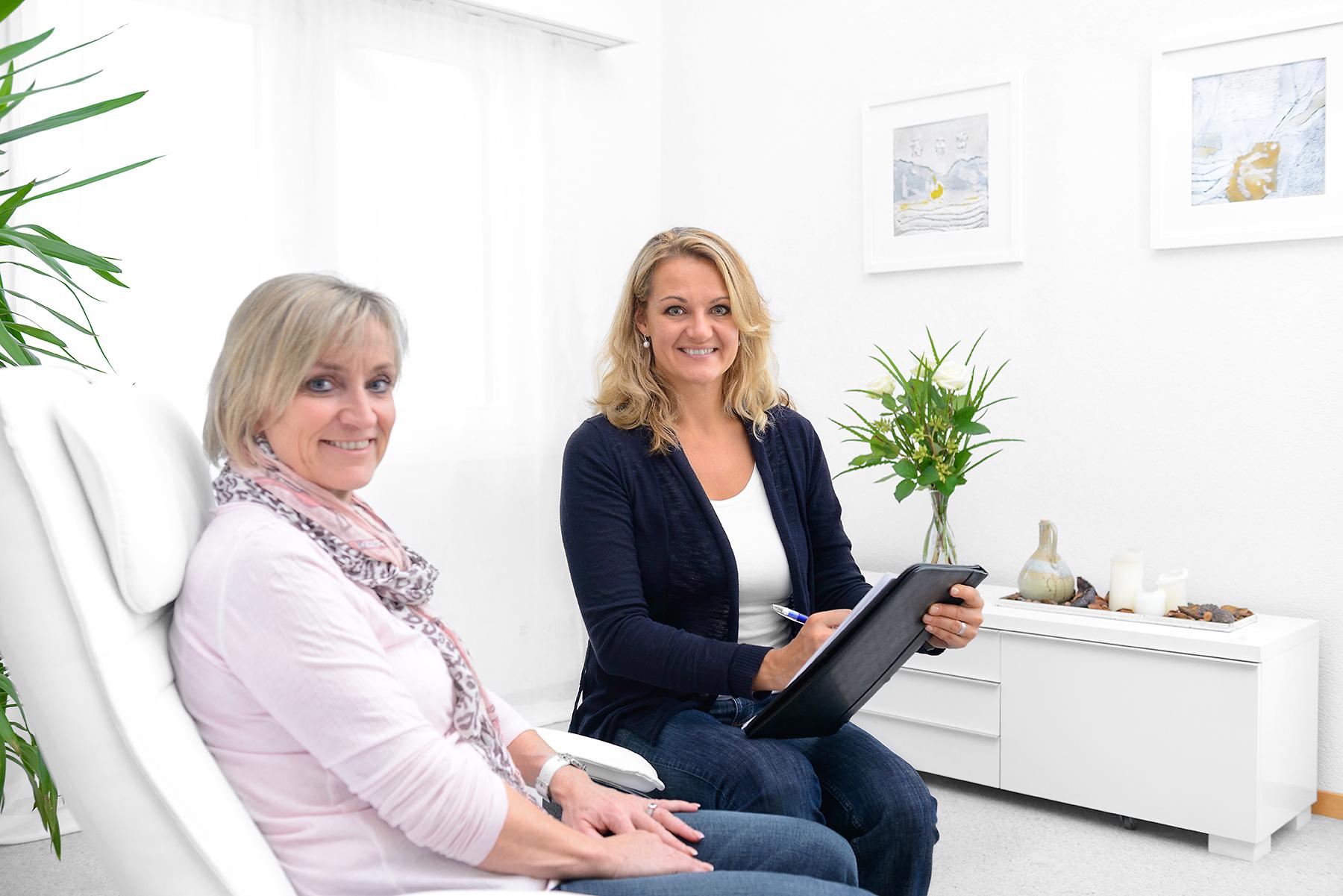 Hypnosetherapeutin Corinne Köppel und eine zufriedene Klientin.